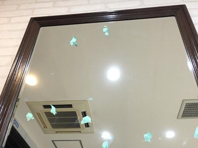 美容室の傷のついた鏡