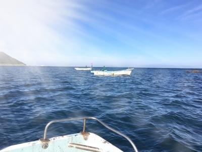 海に浮かぶ釣り船
