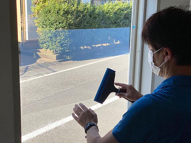 窓ガラスフィルム施工の様子